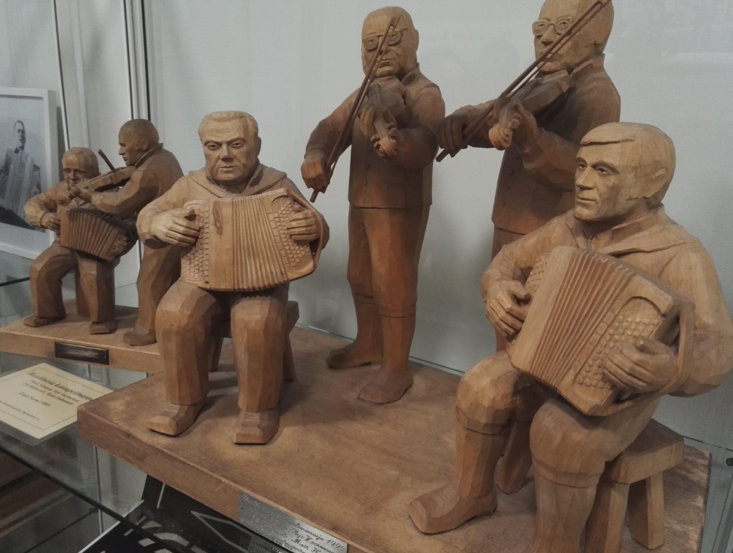 Koristeveisttejä pelimanneja haitarineen ja viuluineen kuusi kappaletta