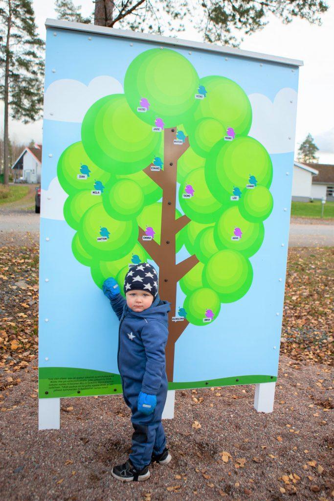 Sinä olet elämä -puu Siikaisten leikkipuistossa