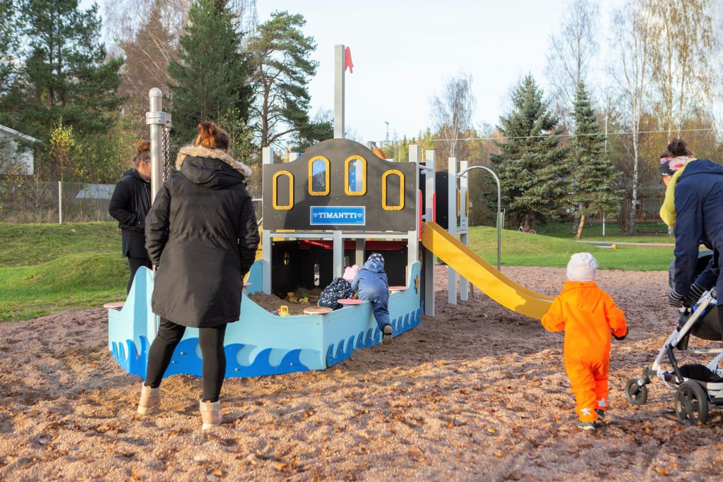 Äitejä ja lapsia Siikaisten leikkipuistossa