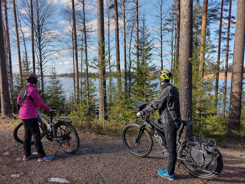 Kaksi pyöräilijää katselee järvimaisemaan Jämijärven Mielahdessa