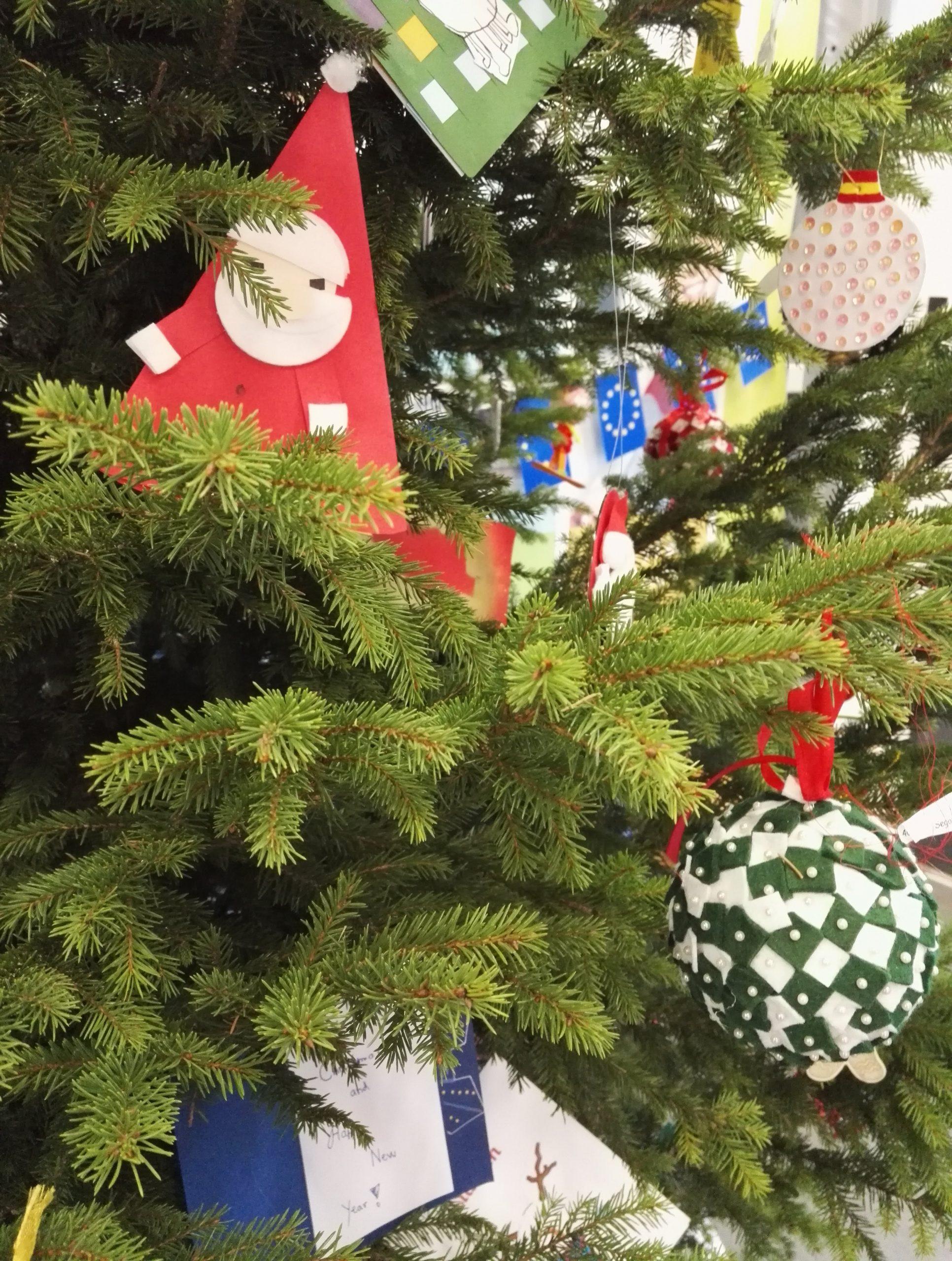 Joulukuusi jossa koristeita