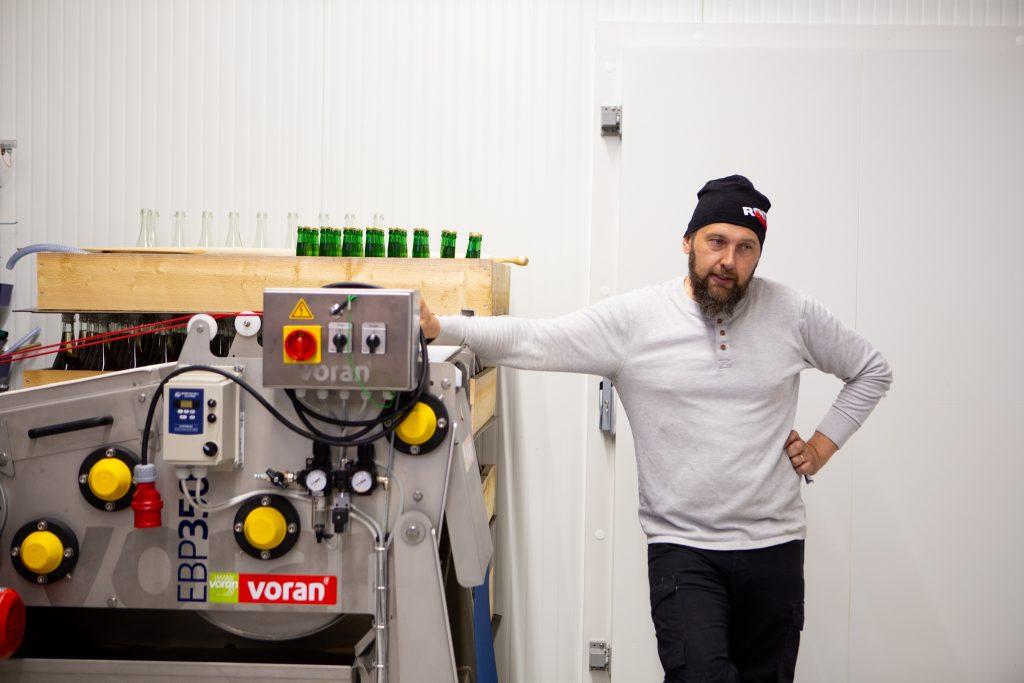 Heikki Latvajärvi Meggalan viinintuotantotiloissa