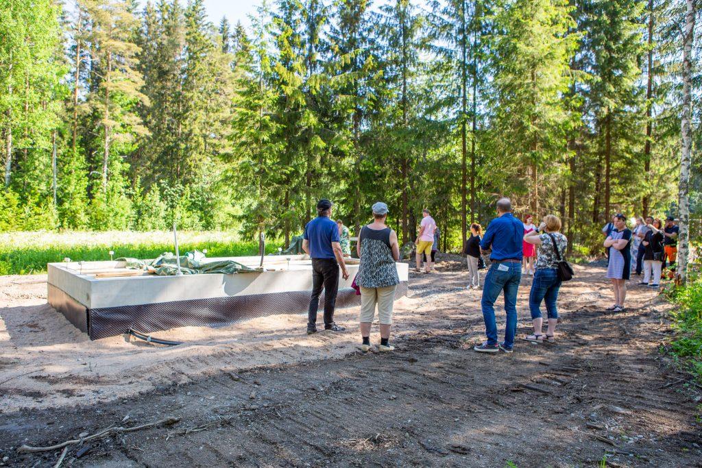 Leader Pohjois-Satakunnan hallitus tarkastelee Leväsjoen sauna-hankkeen etenemistä.