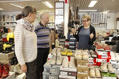 Uusikaupunkilaisen Kenkäkauppa Alinan yrittäjä Outi Nurmi kertoo. Leena Sääski ja Mikko Lehtonen kuuntelevat.