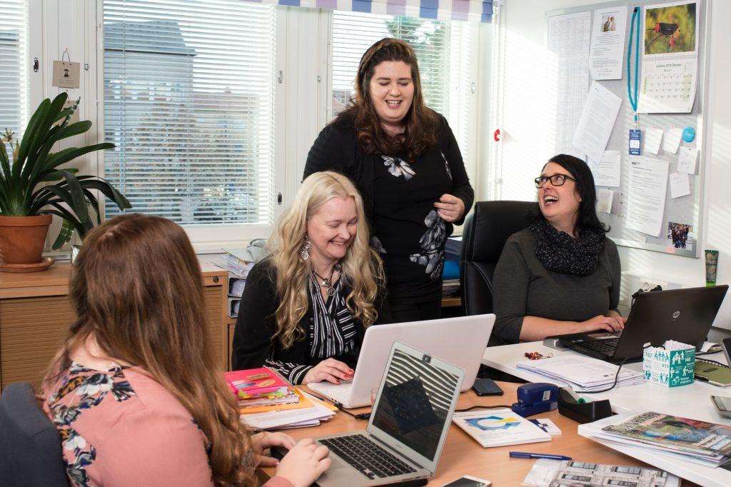 Toimistossa neljä naista töissä